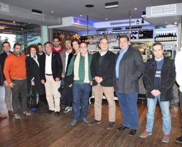 Elias Bendodo con hosteleros de Mahos y Amares (Demo)