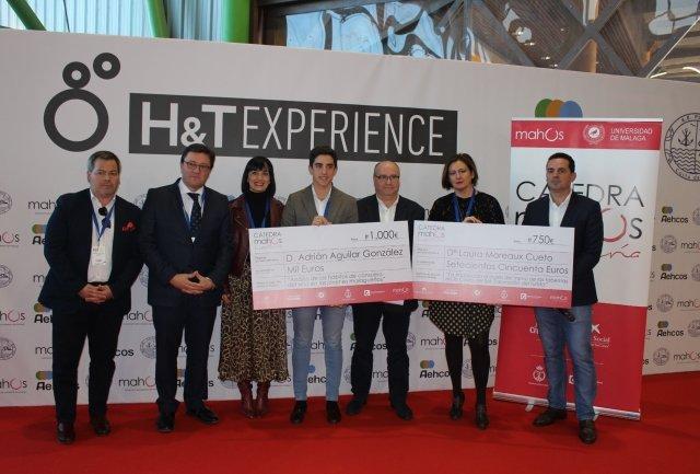 El presidente de Mahos, Javier Frutos, y el vicedecano del Grado de Marketing, Benjamín del Alcázar, han entregado el premio al mejor TFG en H&T